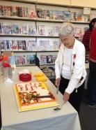 Lois cutting cake